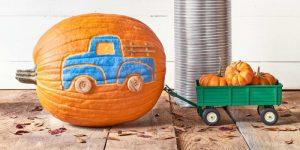 geschnitzter-kürbis-halloween-dekoration-blaues-auto-kleine-rübisse-herbst